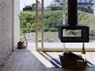 Výraznou dominantou obývací části je zavěšený krb.
