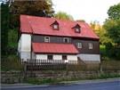 Téměř původní stav domu po zbourání jednoho z komínů a výměně oken v podkroví.
