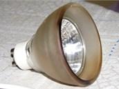 Halogenov� lampi�ka m�lem zp�sobila po��r. (2. ��jna 2012)