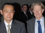 Nositelé Nobelovy ceny za fyziologii a medicínu v roce 2012. Vlevo Brit Šinja