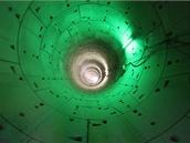 Po krátké době narážíme na zeleně osvětlené místo. Vzhledem k rozsáhlosti stavby náš průvodce nezná význam opatření.