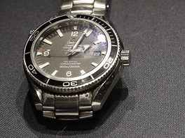 Z dražby předmětů agenta Jamese Bonda: náramkové hodinky Omega