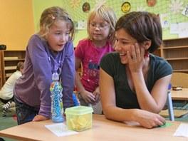 Učitelka Eva Drastichová s dětmi v Montessori škole v Opavě.