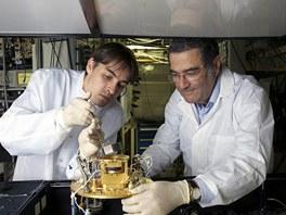 Serge Haroche (vpravo) v laboratoři při École normale supérieure