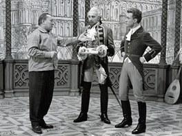 Karel Zeman s herci Milošem Kopeckým a Rudolfem Jelínkem při natáčení filmu