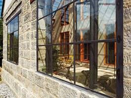 Stodola z boční strany - sklo v kombinaci s kovem odkazuje na industriální stavby.