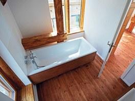 Styl koupelny odpovídá ladění celého domu, vládne tu dřevo.