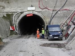 Štola Kateřina vede z Vypichu ke konci dvojkolejného tunelu. Ten je vyražen od stanice Motol téměř ke stanici Petřiny
