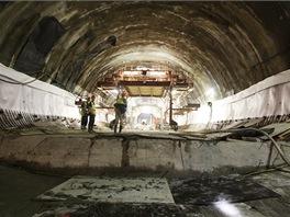Profil vznikl použitím Nové rakouské tunelové metody. Při ní tunelbagr vyrube krátký úsek tunelu. Stěny pak dělníci obloží armaturou a provedou nástřik asi 30 cm rychle tvrdnoucího betonu. Po proražení celého tunelu se nejprve vybetonuje podlaha.