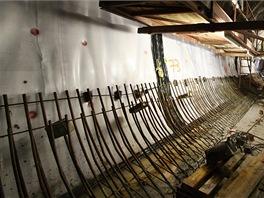 Před betonáží se provede hydroizolace. Dělníci také položí ocelové armatury. Malá část použité oceli bude také součástí definitivního ostění.
