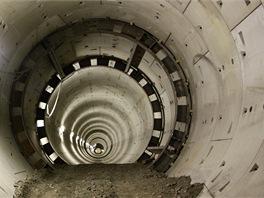 Okolo místa tunelové propojky dělníci spojí tubinky šrouby. Místo prorážky zpevní výztuží. Aby tunelem mohla projíždět vozidla, část výztuže zasypou horninou.