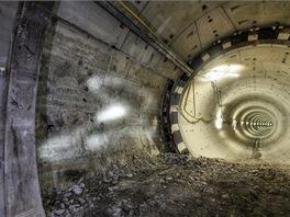 Při prorážce mezi tunely se nejprve odstraní tubinky. Za nimi se nachází odkrytá injektáž. Světlé body jsou světelné stopy našich lamp, kterými jsme se snažili přisvítit prostor.