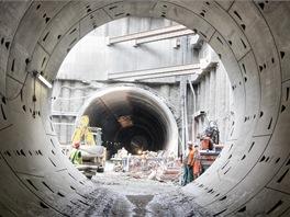 Trojlodní stanice Veleslavín se razí ze stavební jámy. Stanice vznikne vyražením dvou bočních traťových tunelů a středního tunelu mezi nimi. Nejprve byla zahájena ražba levého traťového tunelu. Ražba pravého tunelu začala s dvacetidenním odstupem.