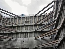 K zajištění stavební jámy je použito šest kotevních úrovní v kombinaci s rozpíráním rohů rozpěrami. Dále zde najdete 4 úrovně ztužujících železobetonových převázek a celoobvodový hlavový trám (nahoře).
