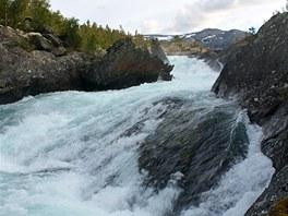 Důkaz síly přírody - peřeje řeky poblíž jezera Nodre Sjodalsvatnet