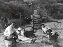 Zkoušky primitivních raketových motorů v Arroyo Seco v blízkosti americké