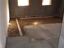 Podkladní beton v obývacím pokoji. Pod původní dřevěnou podlahou se velice