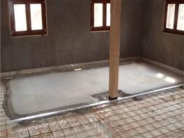 Na podkladní betonovou desku je položen extrudovaný polystyren v tloušťce 40 mm