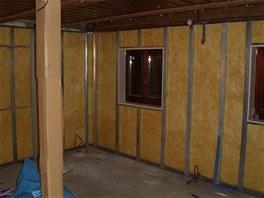 Nosná zeď obývacího pokoje je široká pouze 24 centimetrů, proto dostala i