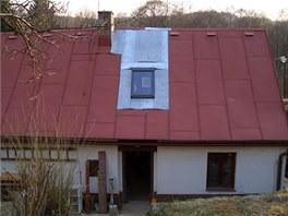 Střešní okno se do stávající falcované střechy vkládalo jen s velkým úsilím.