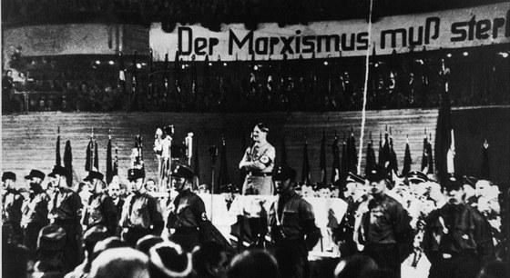 Hitler �e�nil ve Sportpalastu mnohokr�t. Tady za n�m �n� n�pis Marxismus mus�