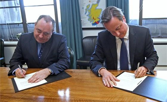 Alex Salmond a David Cameron podepisují smlouvu o referendu ohledně odtržení