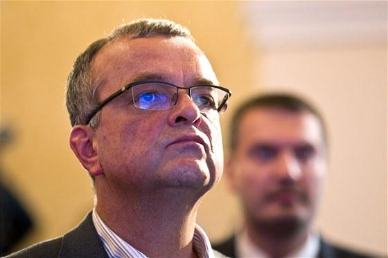 Miroslav Kalousek (TOP 09) sleduje předběžné výsledky krajských a senátních