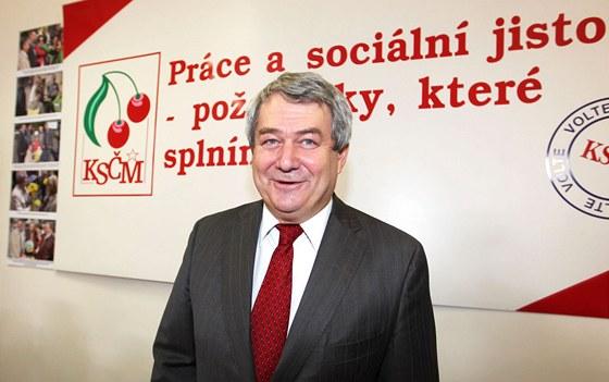 Předseda KSČM Vojtěch Filip neskrýval v pražském volebním štábu radost. (13.
