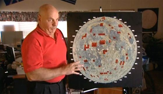 Dennis Hope, zakladatel Lunar Embassy, ukazuje mapu Měsíce, na jehož povrchu