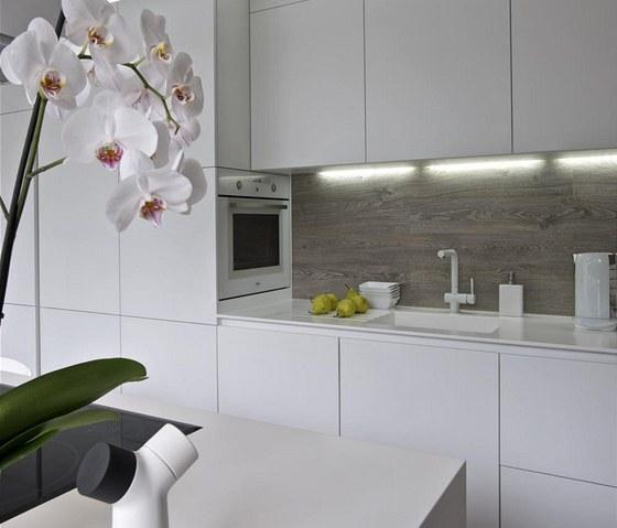 Zvláštností kuchyňské sestavy je atypicky umístěná trouba. Obliba bílé barvy je