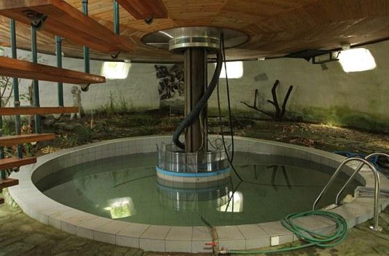 Do bazénu se napouští voda prohřívaná střešními solárními panely, takže má