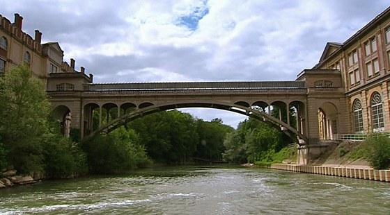 Ve své době to byl největší mostní betonový oblouk - 44,5 m.