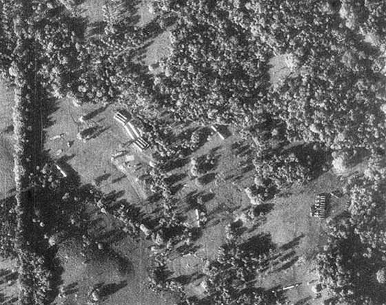 Snímek budované odpalovací pozice raket R-12 pořízený z paluby U2 majora R. S.