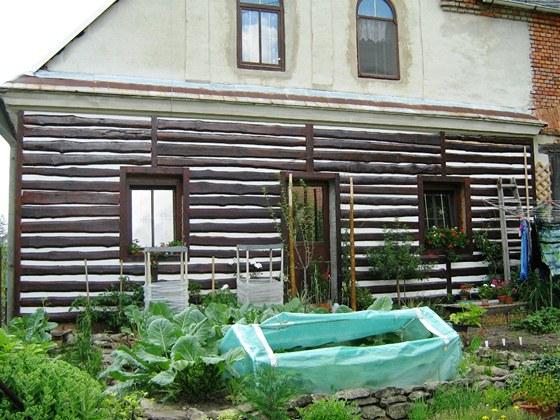 Čelní stěna směrem do zahrady je obložena obkladem z hrubě opracovaných a