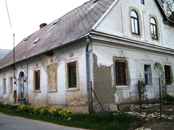 V první etapě majitelé vyměnili všech 12 původních špaletových oken za dřevěná