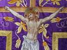 Detail ornátu s bohatě vyšívaným motivem kříže a ukřižovaného Ježíše Krista.