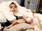 Patnáctiletá blogerka Malalaj Júsufzaiová se zotavuje po útoku Talibanu