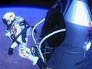 Foto - ikona. Felix Baumgartner se vrhá vstříc Zemi.