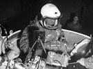 Joe Kittinger leze do gondoly, v níž absolvoval v roce 1960 misi Excelsior III.