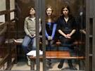 Členky feministické punkové skupiny Pussy Riot sedí ve sklenění kleci u