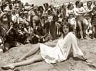 Sylvia Kristelov� p�zuje fotograf�m a fanou�k�m p�i filmov�m festivalu v Cannes