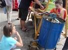 Děti si na Jiřáku mohou vyzkoušet i stáčení medu. Ilustrační foto z předchozí