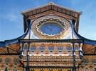 Cihly byly na fasádu použity v nejrůznějších barvách a podobách.