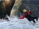 Odborn�ci z vod�ck� �koly z�chrany spole�n� s hasi�i vyzkou�eli na jezu v...