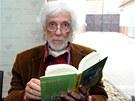 Petr Hapka si pročítá knihu Zvěrolékař v akci