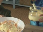 K nakrouhanému zelí, nastrouhané mrkvi a celeru pokrájenému na kostičky přidejte asi šest lžic majolky.