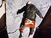 Dolů padal Joe Kittinger v jiné poloze, nafouknutý skafandr totiž držel tvar