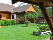 Originálně řešené posezení pod střechou navazující organicky na dům. Roli...