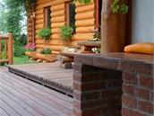 Terasa ze dřeva je rozčleněná nevysokými stupni do třech různých úrovní a tvoří...