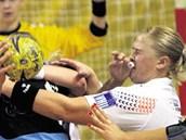 TVRDÝ SOUBOJ. Romana Chrenková z Poruby (vpravo) v pohárovém utkání s ruskou